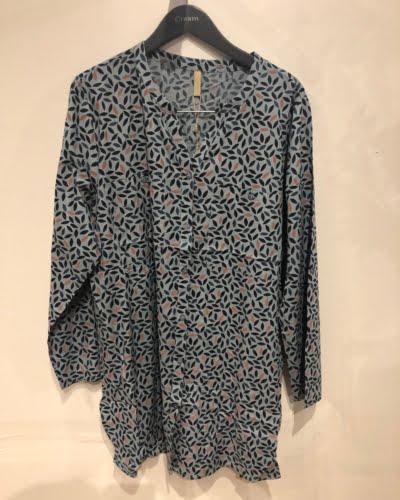 Cassiopeia - lang skjorte - lyseblå med print - BARBRA LONG SH