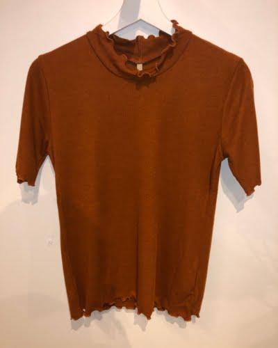 Ofelia - højhalset t-shirt - rust farvet - ANDREA
